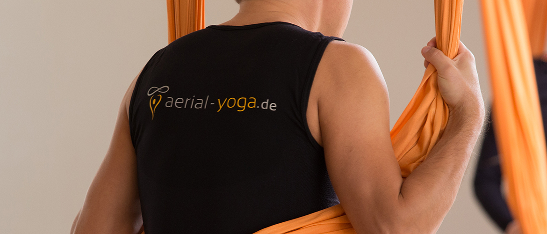 Jost Blomeyer mit Aerial-Yoga-Shirt
