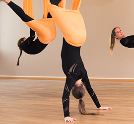 Drei Damen beim Aerial Yoga