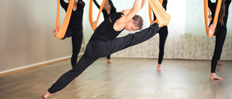 Jost demonstriert Aerial Yoga Spagat im Yogakurs