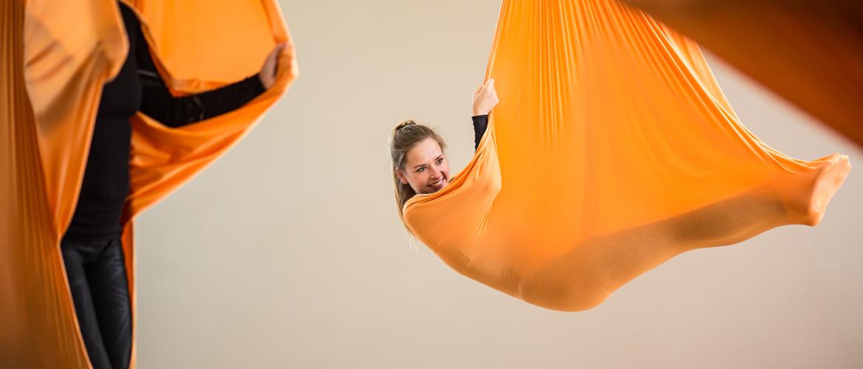 Dame liegt im Aerial Yoga Tuch