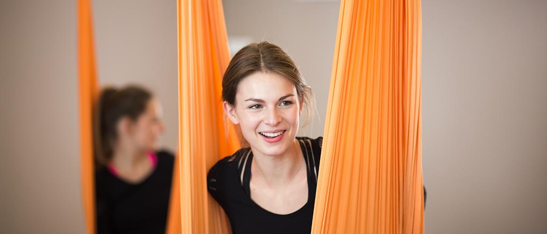 Zwei Damen beim Aerial Yoga Kurs