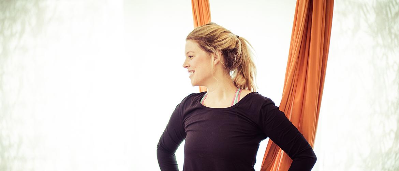 Teilnehmerin beim Aerial Yoga Kurs